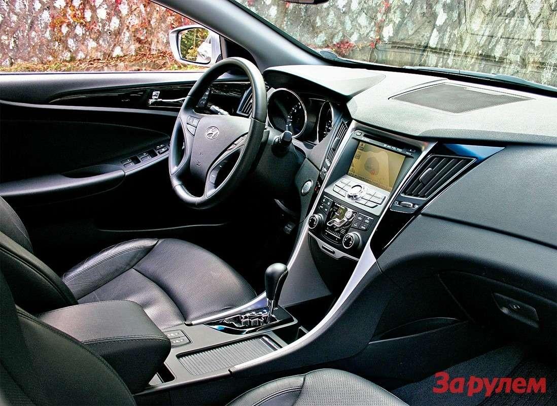 Hyundai Sonata: Симпатично ипрактично. Вовремя поездки здесь стояли два больших стакана кофе, две бутылочки сводой 0,33л иеще пара могла поместиться вдверных карманах.