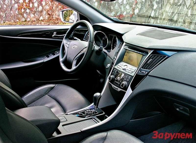 Hyundai Sonata: Симпатично и практично. Во время поездки здесь стояли два больших стакана кофе, две бутылочки с водой 0,33 л и еще пара могла поместиться в дверных карманах.