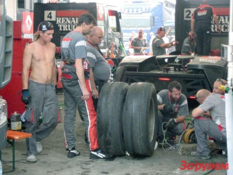 Markus Bosiger (№4) был третьим впервом заезде, Markus Oestreich (№24) был вторым вовтором заезде. Залог успеха ихавтомобилей Renault вкомандном духе.