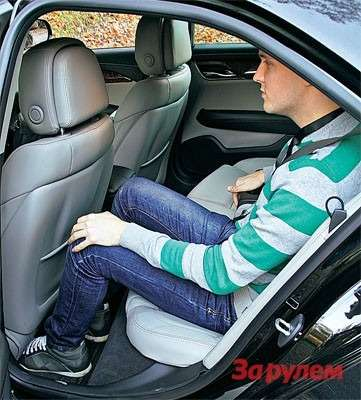 В заднем ряду относительно комфортно лишь пассажирам не выше среднего роста. Впрочем, конкуренты предоставляют сопоставимый простор.