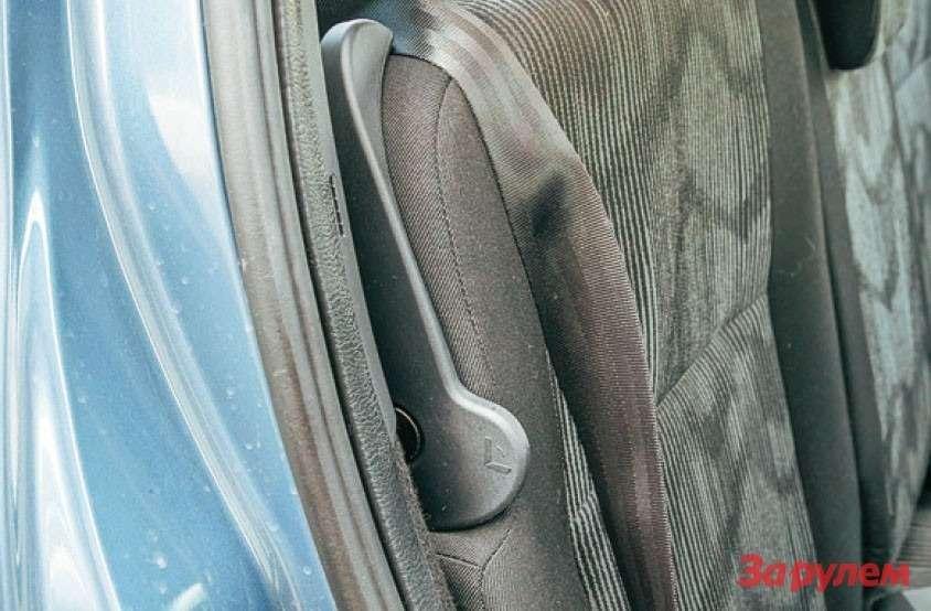 Рычажки складывания спинки удобны, но, если выходить измашины без должной осторожности, можно удариться спиной.