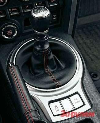 Шестиступенчатая механика безупречна что на«Субару», что на«Тойоте». Тройные синхронизаторы нанизших передачах позволяют мгновенно переключаться даже без перегазовок.