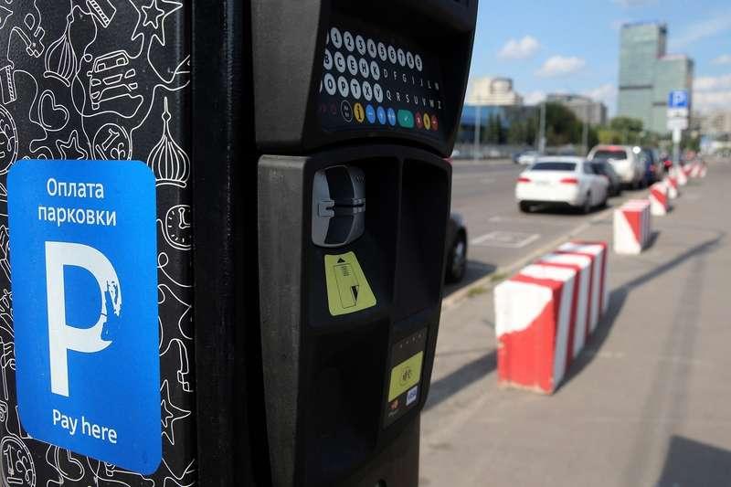 В декабре на454 улицах столицы появится платная парковка