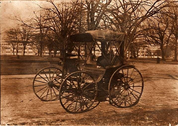 Первый «багги» братьев Дьюри был приобретен Смитсоновским университетом вВашингтоне итеперь хранится вего обширном собрании «автомобильных динозавров»