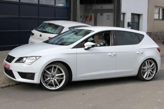 New SEAT Leon Cupra test prototype side-front view_no_copyright