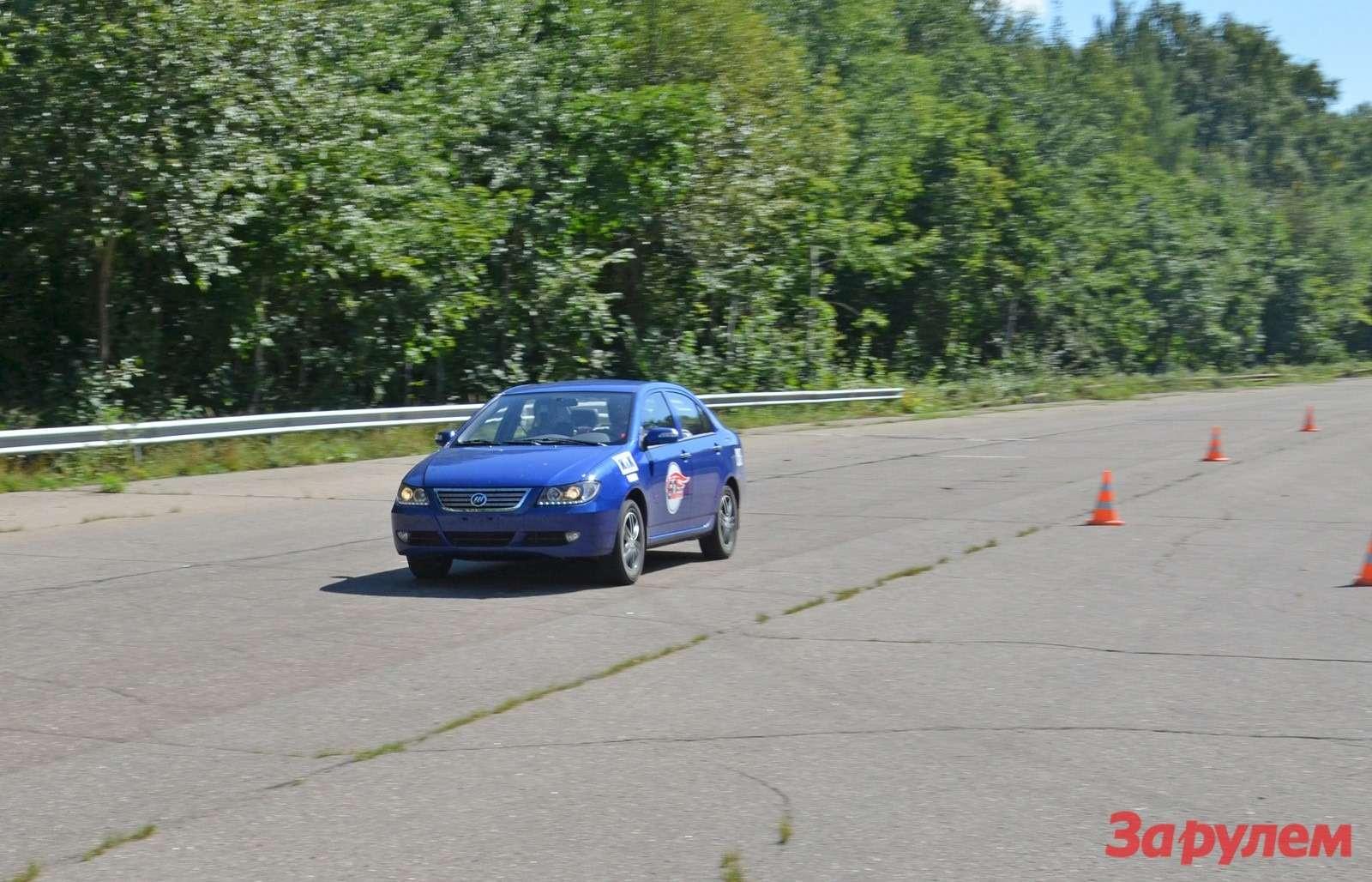 Синей машине Lifan Solano повезло меньше других