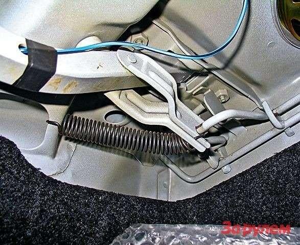 Если дооснастить обе петли багажника такой вот пружиной (отлично подходит возвратная пружина вилки сцепления «классики»),то при отпирании замка крышка будет подниматься сама. Очень удобно— руки останутся чистыми даже вслякотную погоду.