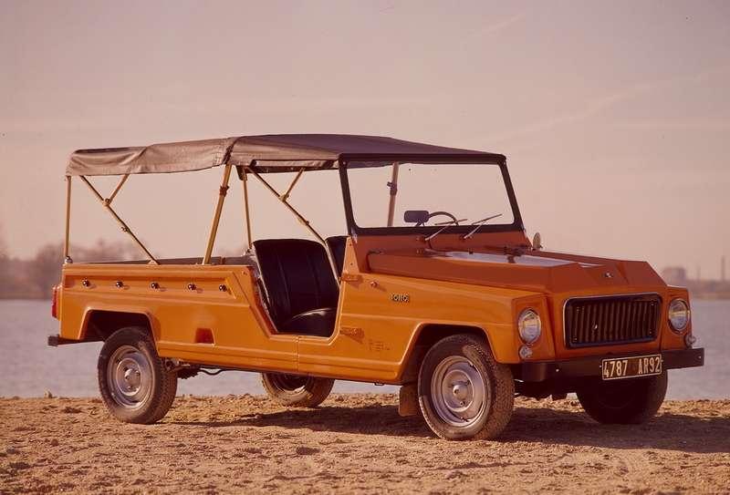 Успех «сельскохозяйственного» автомобиля Citroen Mehari скузовом изпластика АБС заставил Renault в1971 году представить прямой аналог— Rodeo наагрегатах Renault R4. Исполнение наснимке называлось Coursiere; предлагались также версии Quatre Saisons, Chantier иEvasion. Все они выпускались мастерской A.C.L. (Ateliers deConstruction duLivradois) с1971по 1987год и«ромбик» Renault примерили только в1976 году. Часть автомобилей получала полный привод мастерской Sinpar, которая также ставила наполноприводный ход обычные Renault R4