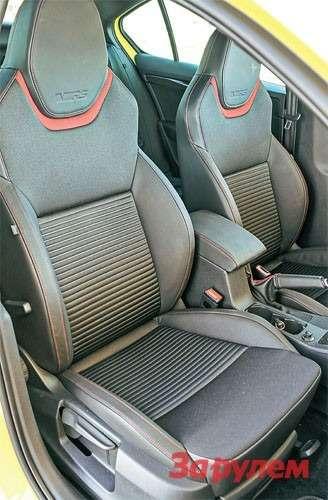 Интегрированные кресла «Октавии RS» могут быть как полностью кожаными, так истканевыми вставками.
