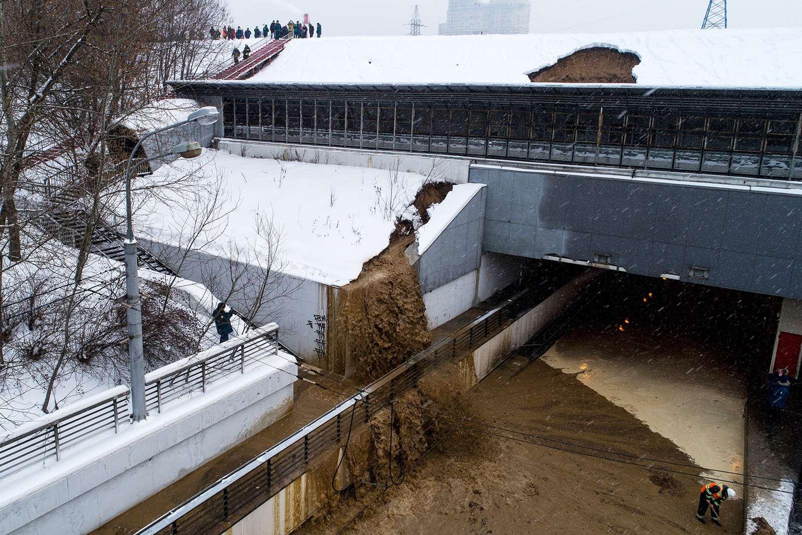 Транспортный коллапс вМоскве: затопило один изтуннелей— фото 938943