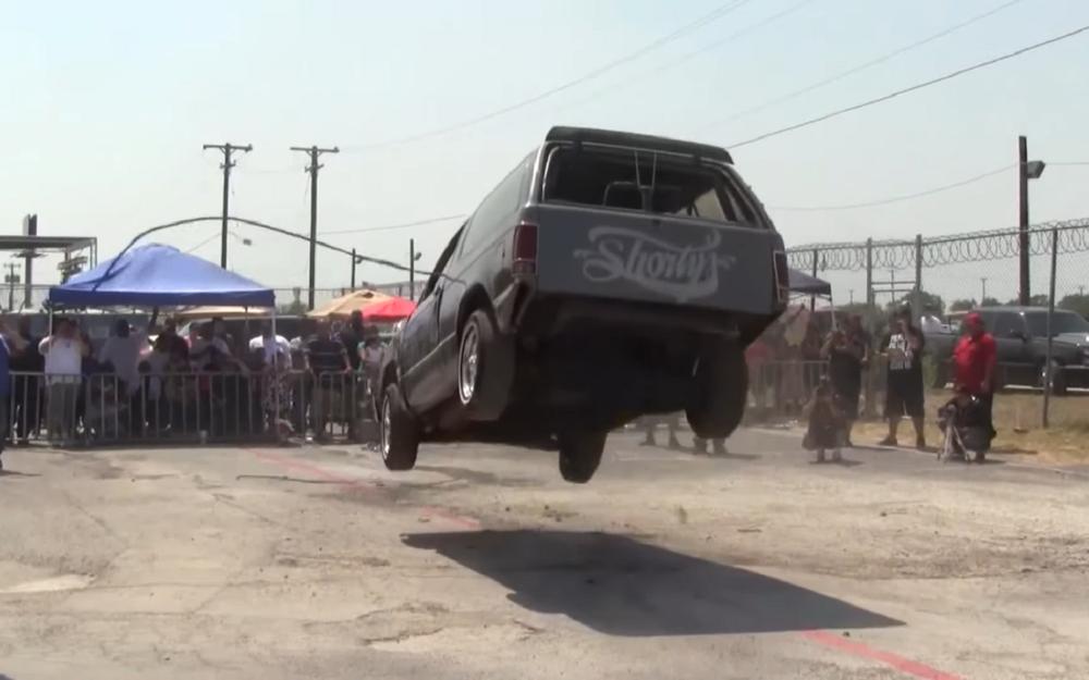 Лоурайдеры: машины, способные набезумные прыжки (видео)