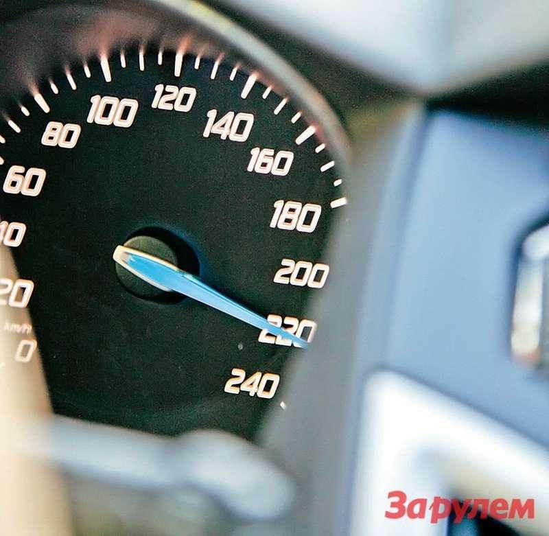 В этом году тестовые автомобили едут почти содинаковой скоростью— наспусках стрелки спидометров охотно переваливают задвести.