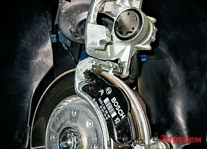 Peugeot 308: Сзаменой передних колодок трудностей нет. Главное— очистить постели колодок иустановить вних новые пластины (идут вкомплекте соригинальными колодками).