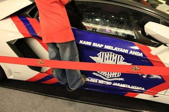lamborghini-aventador-and-gallardo-become-police-cars-in-indonesia-medium_2