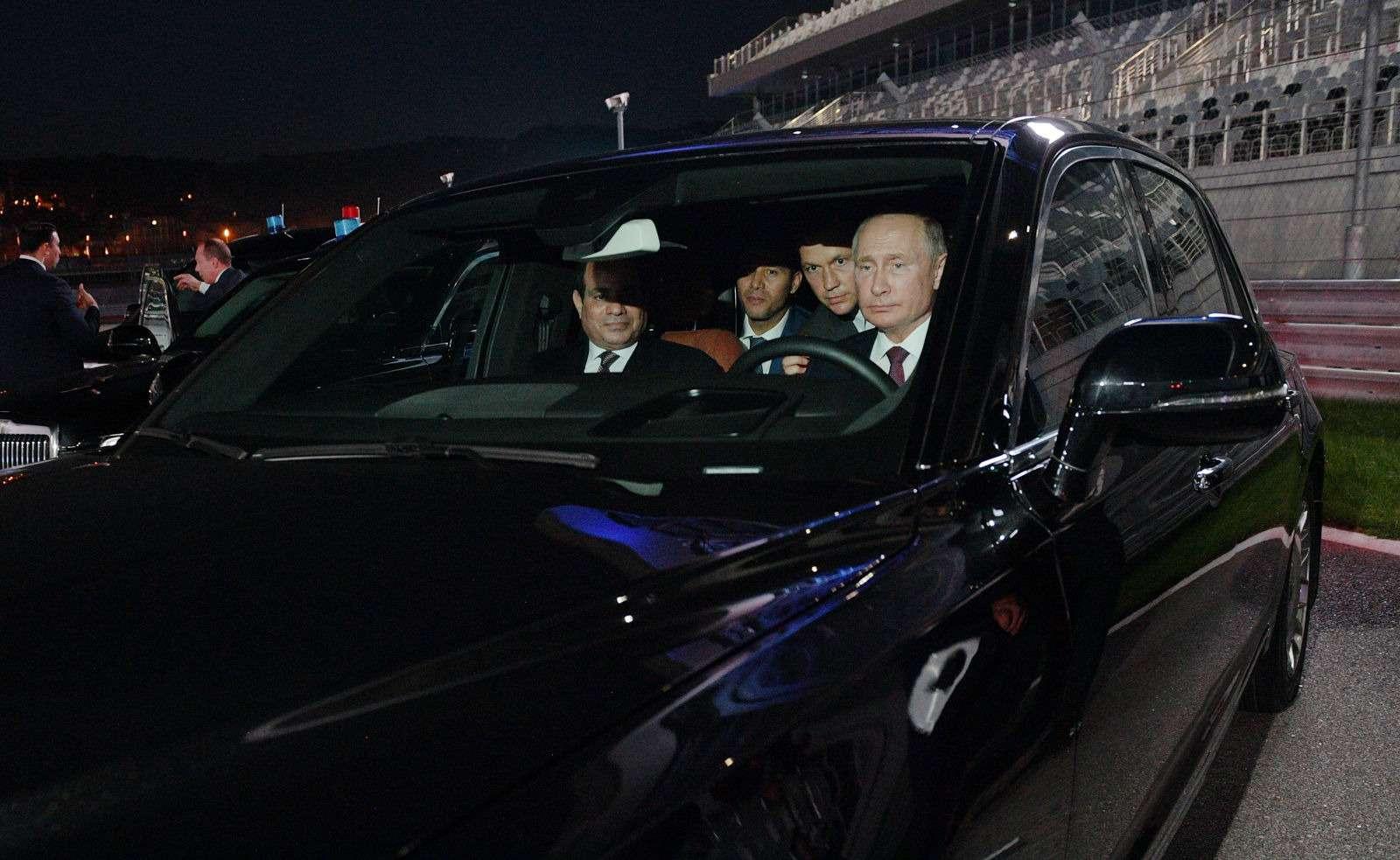 Владимир Путин сел заруль седана Аурус Сенат— фото 915219