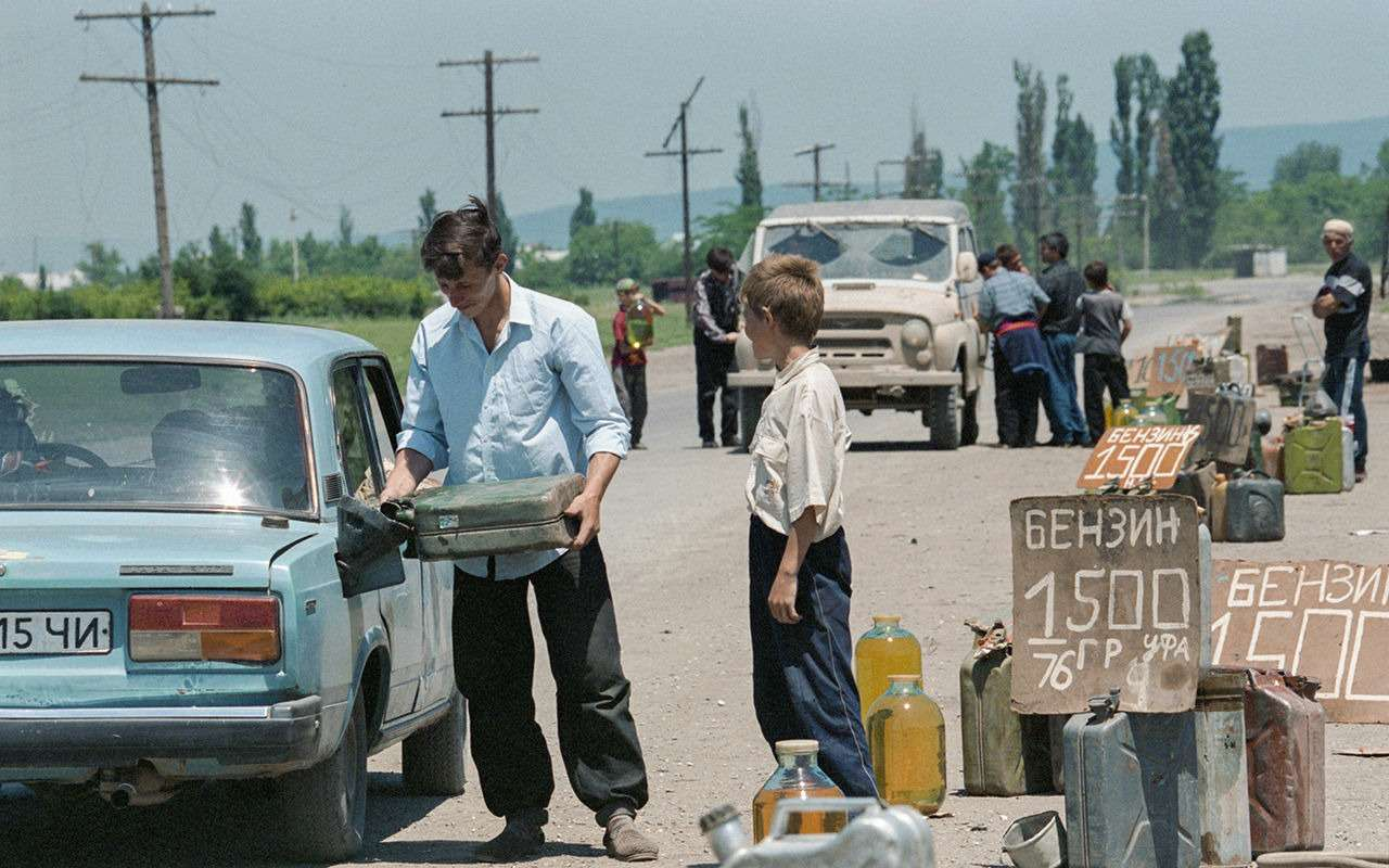 25 лет назад: бензин 1960 руб., ВАЗ - 47 млн - помните такое? - фото 1165296