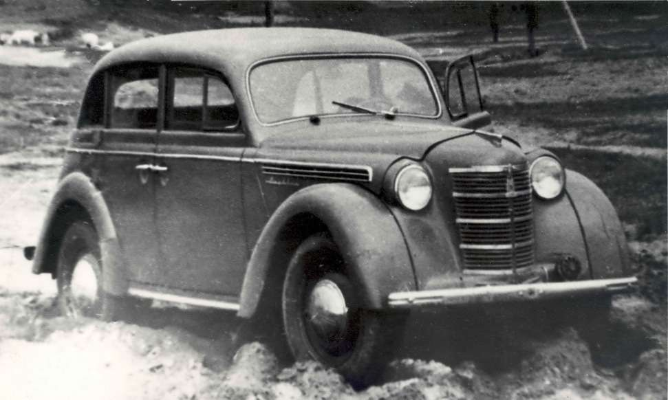 Проверка российским проселком. Государственные испытания машина прошла уже после начала производства, в1949 году. Модель правильно обозначалась как 400-420. Это была система, перенятая уконструкторов ГАЗа, атеми— заимствованная уфордовцев. Числом 400 обозначали модель самого автомобиля, а420— модификацию кузова. До1954 года сделали около 114 тысяч «Москвичей-400-420»