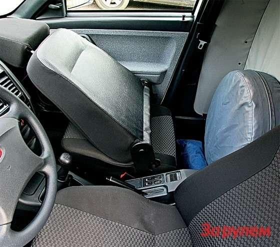 Богдан-2310: Запаску из-за спинки пассажирского кресла можно убрать внаплыв надкабиной, освободив пространство дляличных вещей.