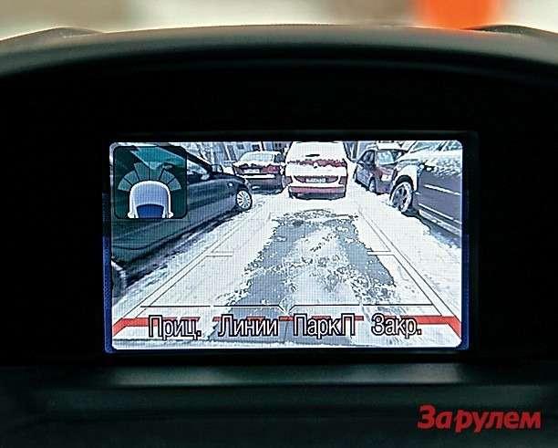 Маневрировать встесненном пространстве удобнее на«Форде»: тут вам ипередний парктроник, изадний, икамера заднего вида с«разметкой».