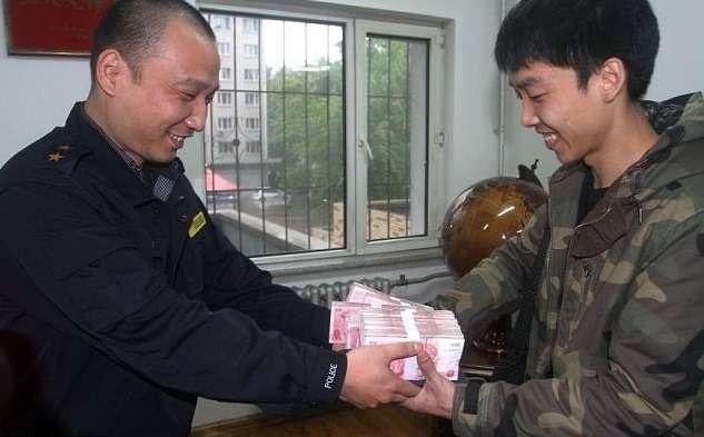 Таксист вернул клиентам забытые $27000
