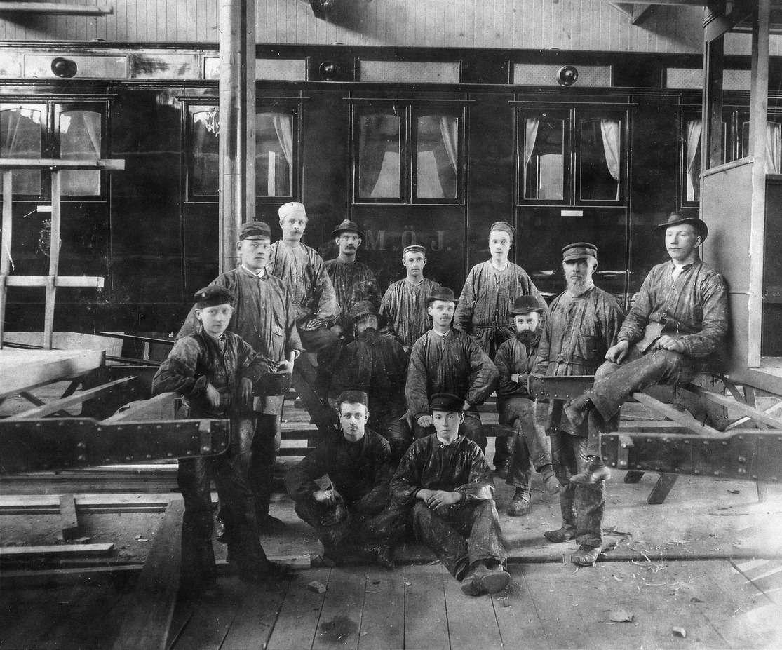Старинное фото: вдумчивые лики мастеров ирабочих вагоностроительного завода V.A.B.I.S..