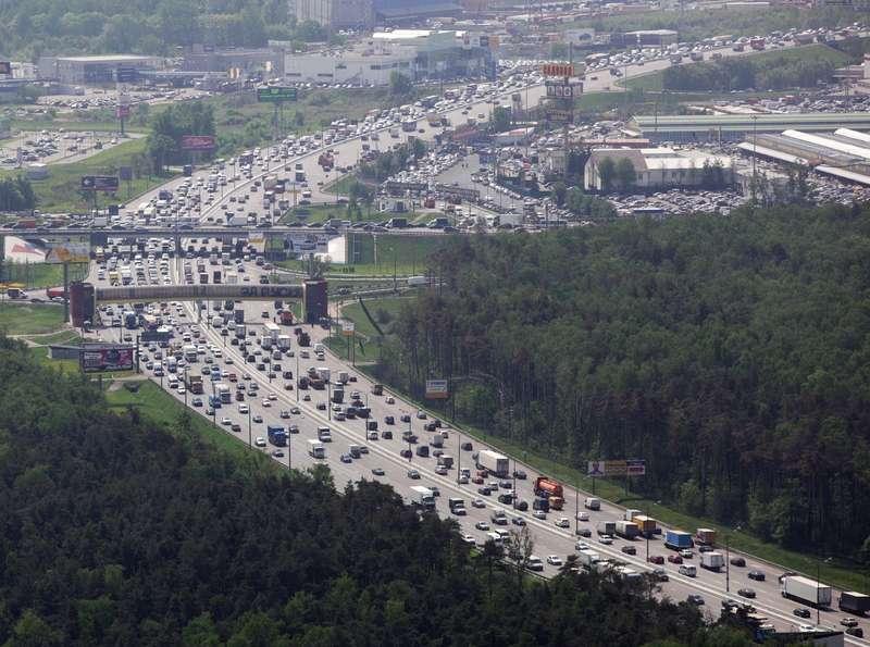 Москва рассмотрит запрет навъезд наМКАД грузовиков массой от7т