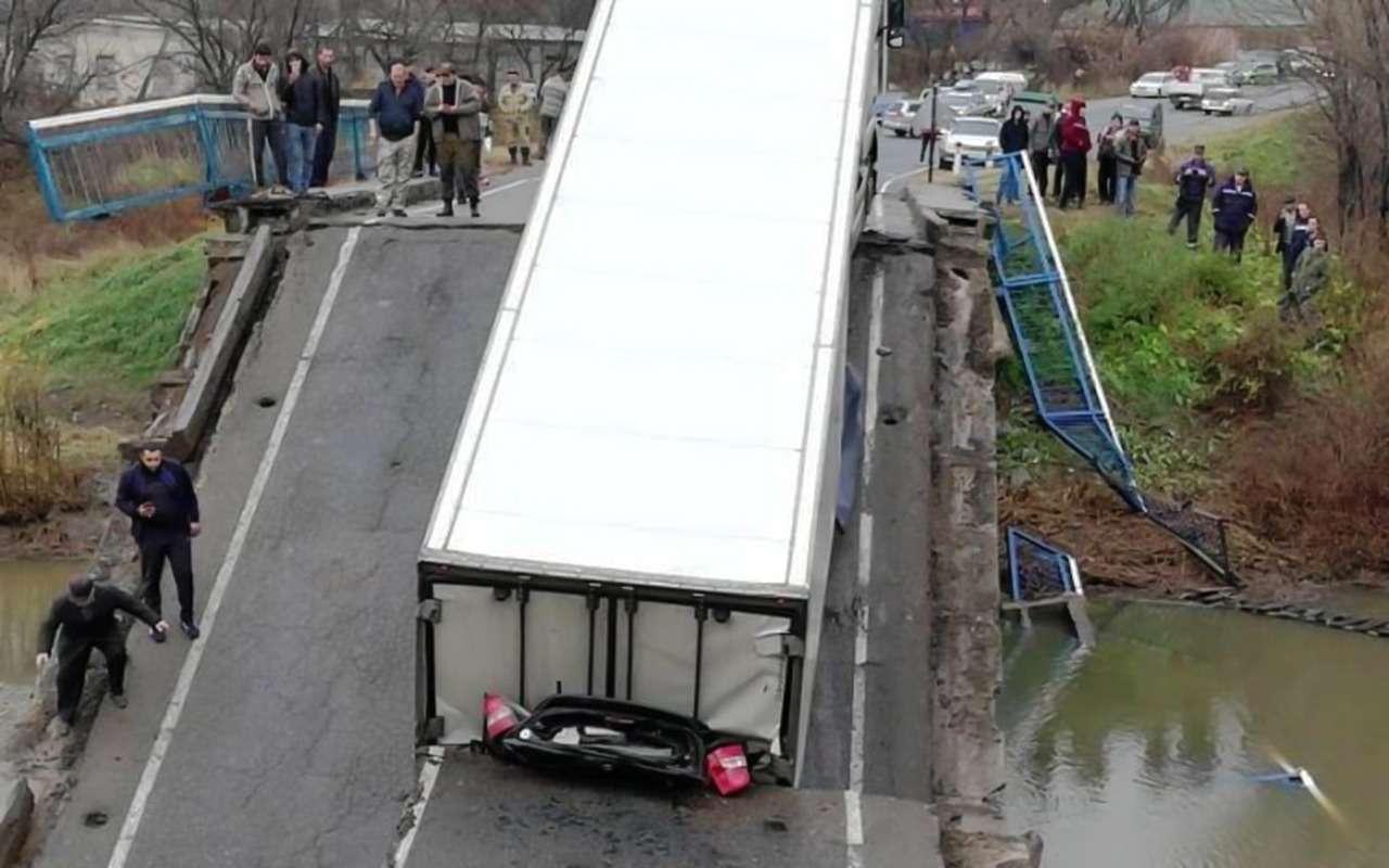 В Приморье подбольшегрузом рухнул автомобильный мост— фото 917621