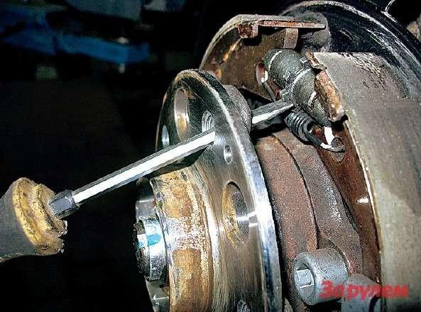 Через крепежное отверстие колеса крутить регулировочную муфту ручника неудобно, поскольку она смещена вверх. Странно, что не предусмотрели отдельного отверстия втормозном щите.