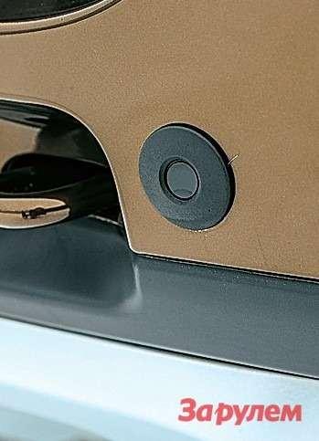 Простому, ноочень информативному парктронику в«Дастере» отдельное спасибо. Ведь обзорность назад уавтомобиля никакая, аэта опция здорово выручает.