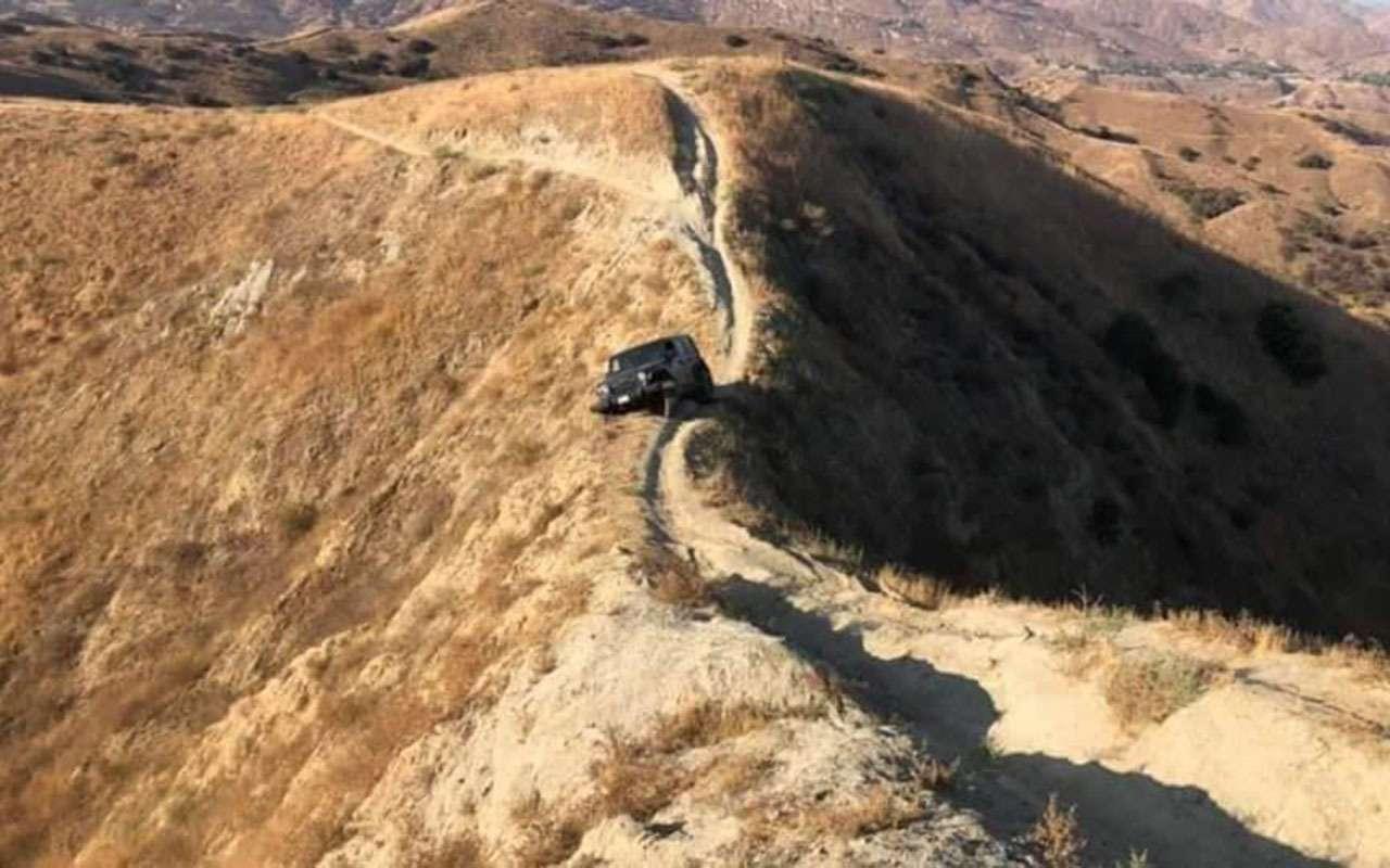 Чем круче джип, тем... Этот Jeep застрял на скале - фото 1169978