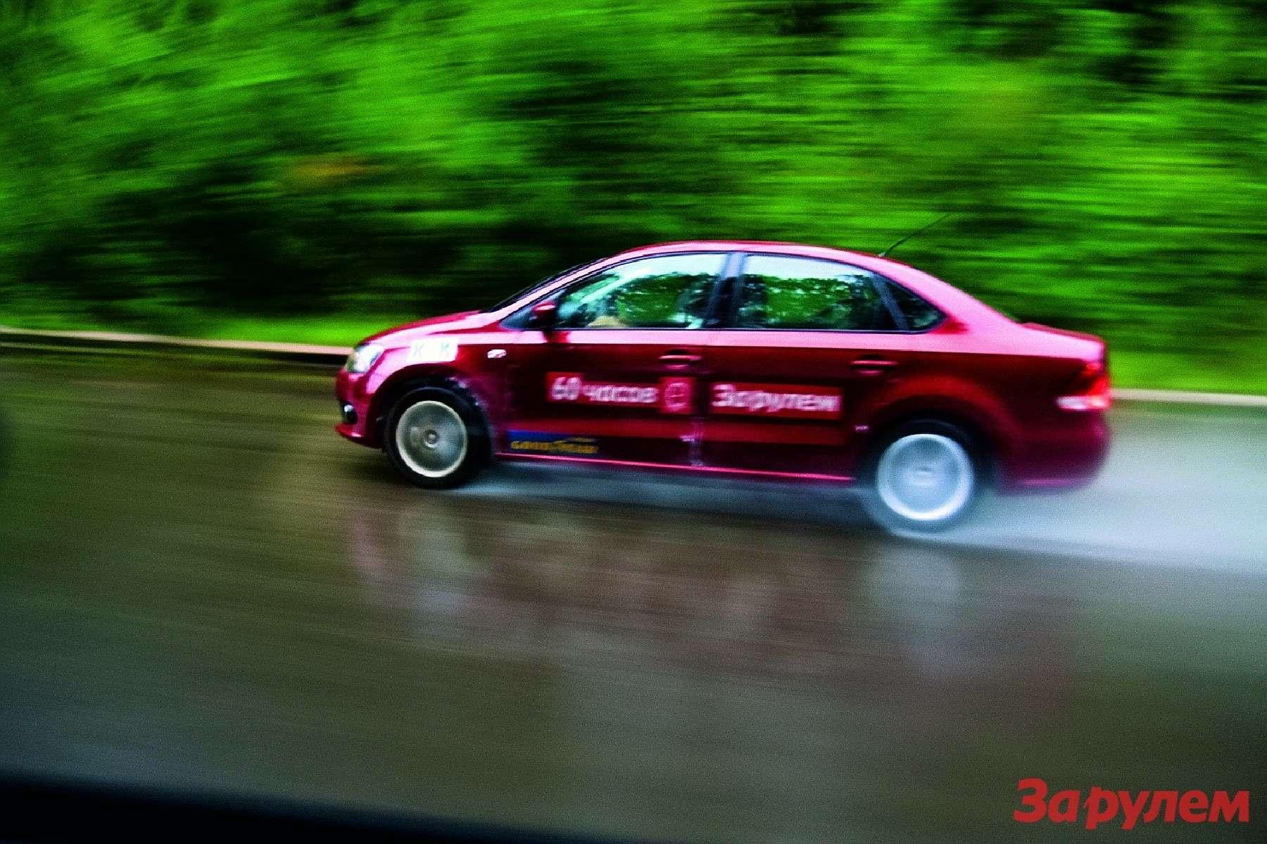 Скорость «Фольксвагена» день ото дня понемногу росла (это подтвердили замеры после финиша). Впоследний день насухой трассе машина (сучетом остановок длязаправки) развила 179 км/ч.
