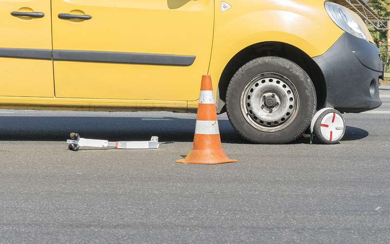 Самокатчики— это пешеходы или водители? Апочему они едут потротуарам? Разбираемся сСИМ-вопросом