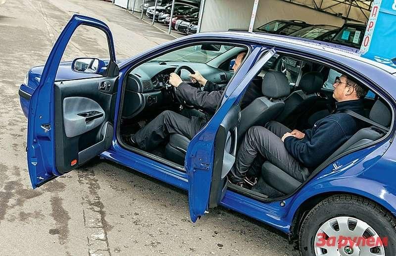 Посмотрите, как неудобно сидеть заднему пассажиру. Что делать, машина построена набазе четвертого «Гольфа», автомобиля несамых богатырских кондиций.