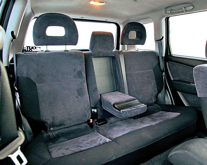 Надголовой задних пассажиров «Мицубиси» достаточно места, агигантские подголовники уберегут шеи оттравмирования вслучае аварии.