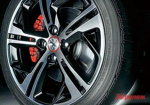 Шины 205/45R17на оригинальных легкосплавных колесах цепкие. Авот тормозов насерпантинах только-только хватает: пусть передние вентилируемые диски увеличены вдиаметре, суппорты остались обычными, сплавающей скобой.