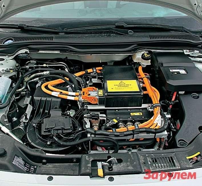 Межтремя климатическими установками электродвигатель не разглядеть— онвсамом низу моторного отсека.
