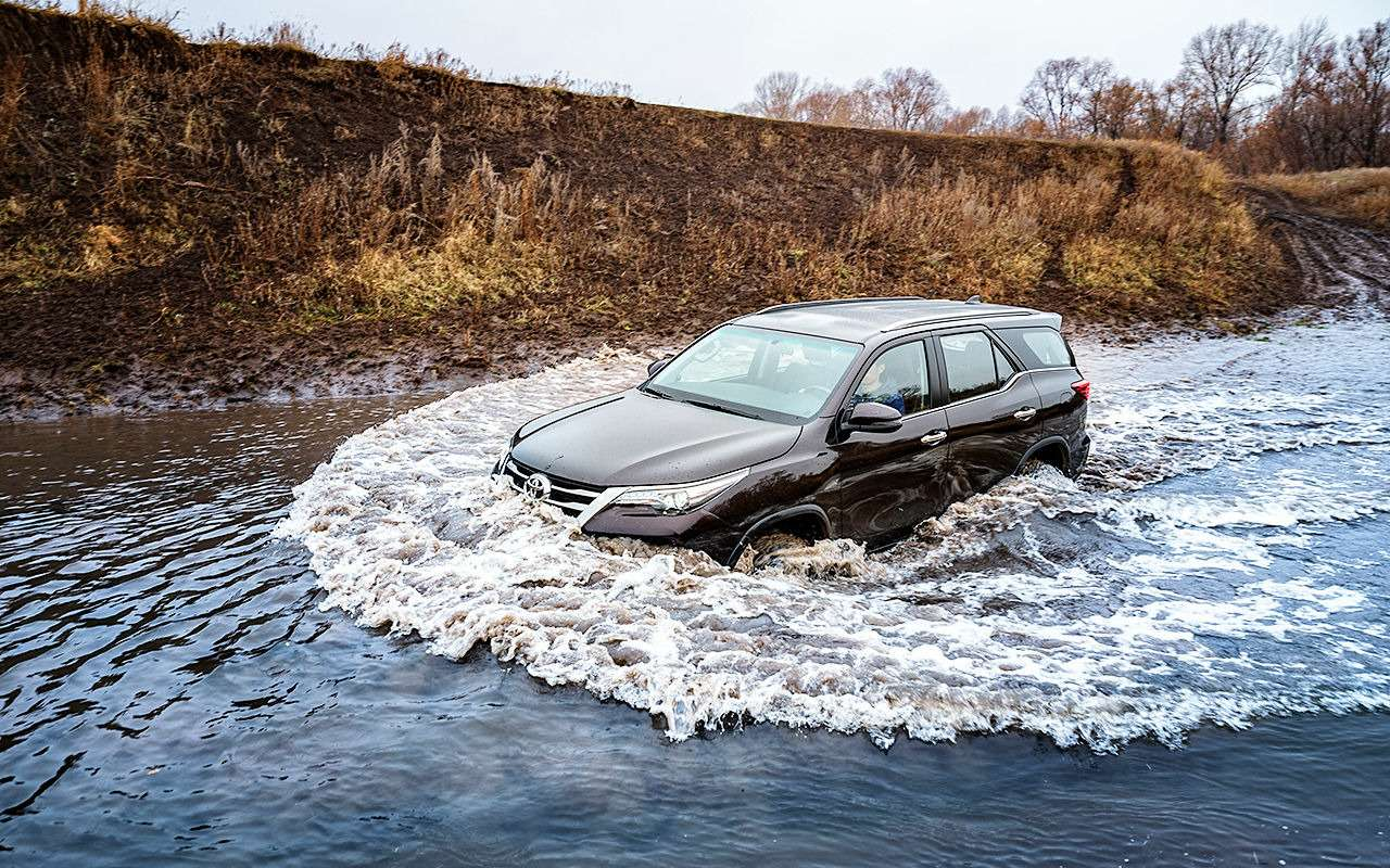 Toyota Fortuner: первый тест-драйв— фото 820540