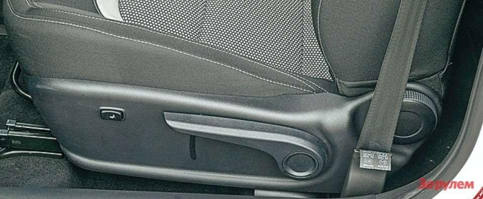 У сиденья есть электрорегулировка поясничного упора. Крупным рычагом подгонки кресла повысоте пользоваться довольно удобно.