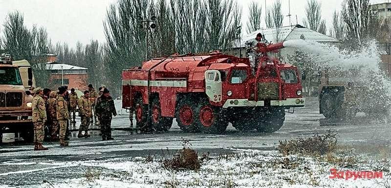 Отечественный аэродромный пожарный AA-60(543)-169на базе МАЗ-543 встал навахту еще в1973 году.