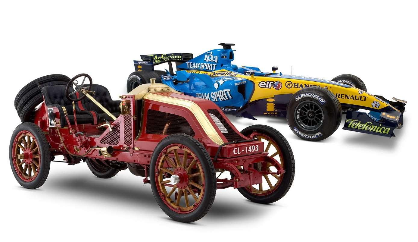 Автомобиль-победитель первого Гран При Renault 90CV Type AK1906 года. Двигатель— четырехцилиндровый, рабочим объемом 3,2л (165х150мм), мощностью 105 л.с. при 1200 об/мин. Способен развивать скорость до148,5 км/ч. Венгерский гонщик Ференц Шиш прошел нанем дистанцию 1238,16км сосредней скоростью 101,21 км/ч. Позади— болид Renault F12006 года. Фото: www.newspress.uk