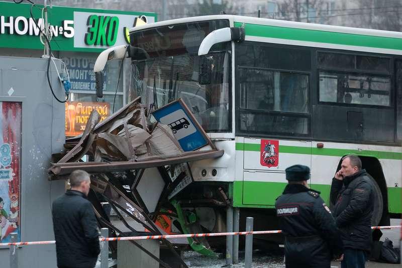 В столице России пассажирский автобус врезался востановку