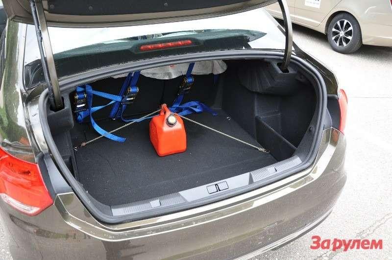 В багажнике каждого автомобиля закрепили по5-литровой канистре.