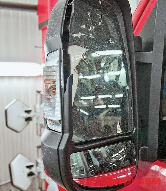 Машина сразбитым зеркалом заметно  теряет вцене— торгуйтесь!
