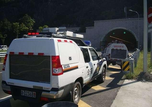 Дляборьбы спревышением скорости вКитае нашоссе устанавливают макеты полицейских автомобилей