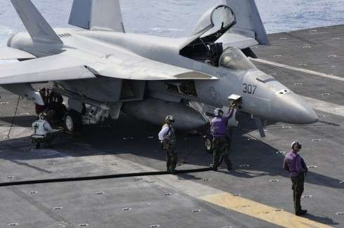 no_copyright_Hornet-refuel-490x325
