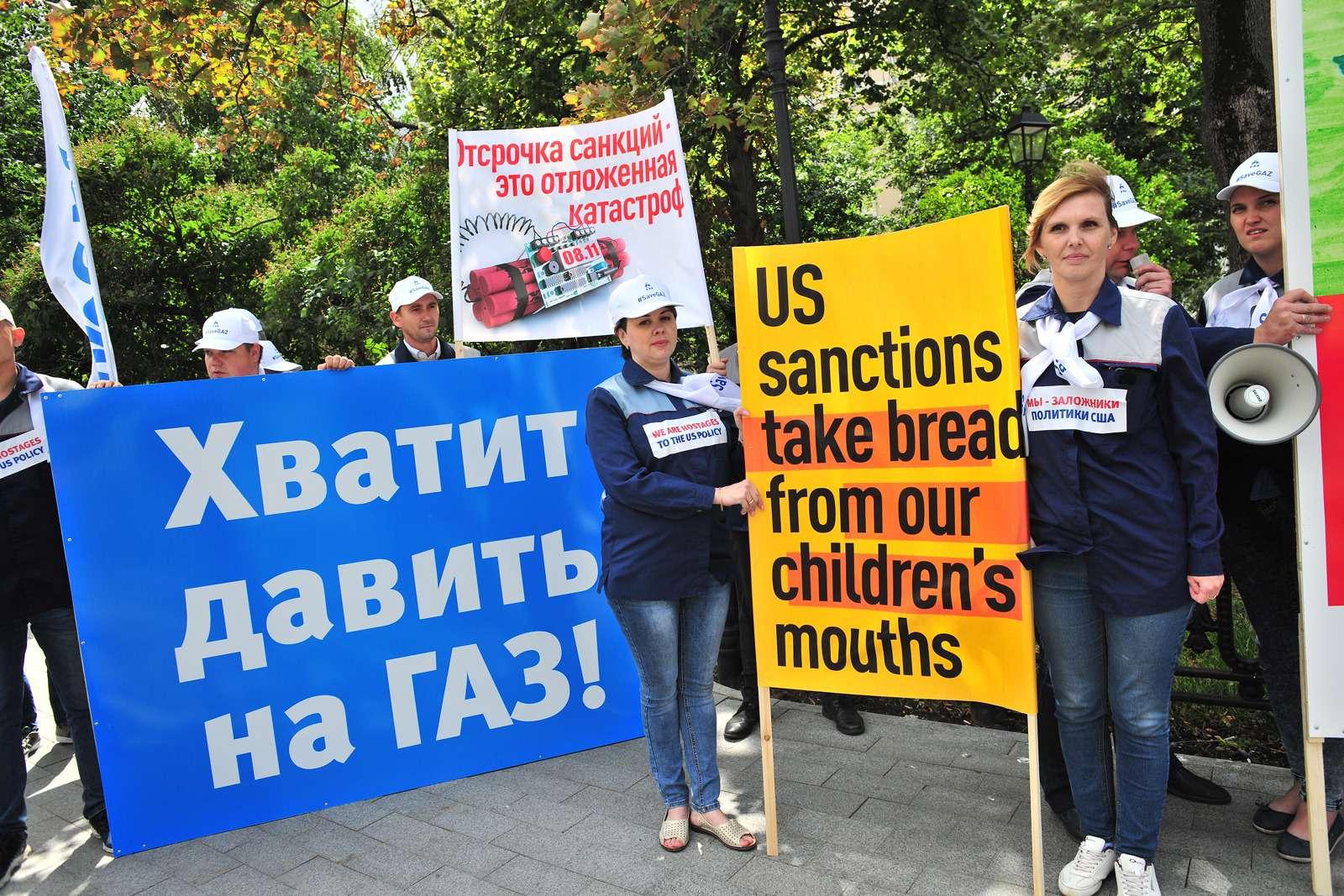 Рабочие ГАЗа упосольства США: просят отмены санкций— фото 984352