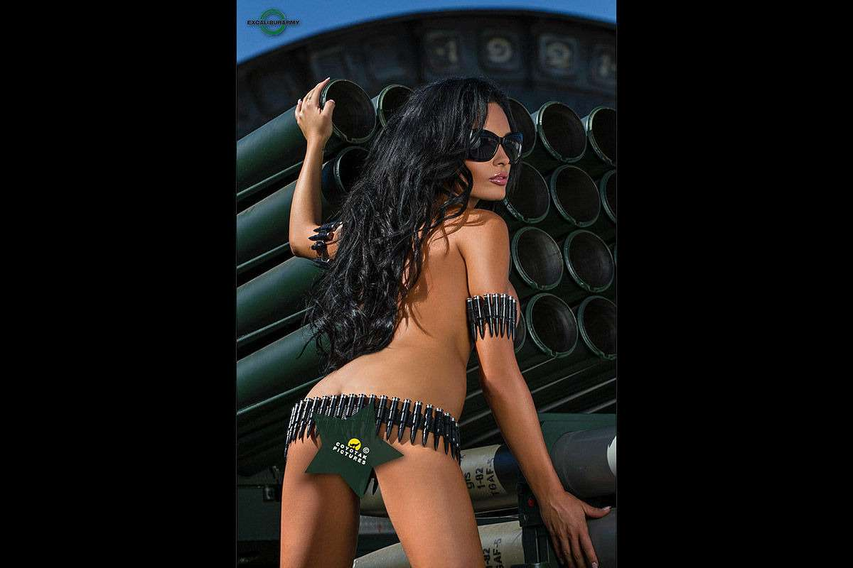 Патроны кончились: чешские танкистки разоружились иразделись— фото 814856