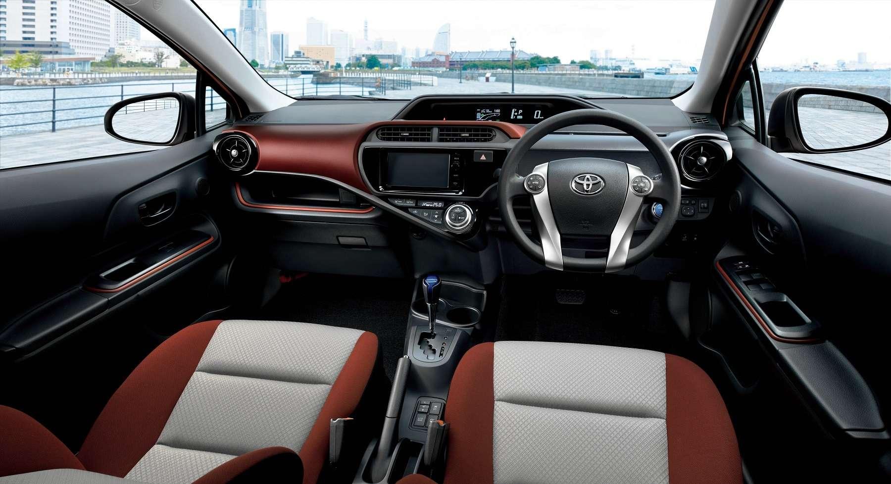 Интерьер Toyota Aqua