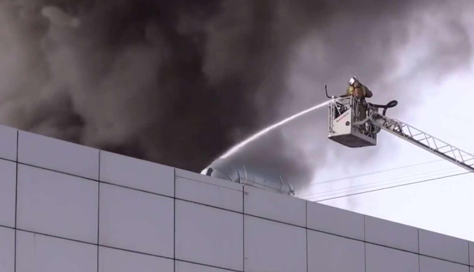 Эти машины вогне... ВСанкт-Петербурге горит автоцентр Hyundai