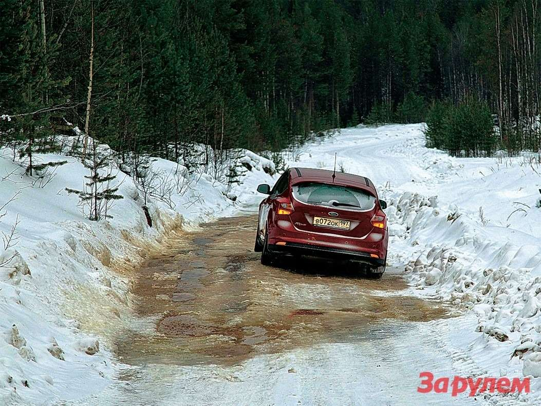 Там, где кончаются нормальные дороги, такие наледи не редкость. Вот эта— дорога наИжму.